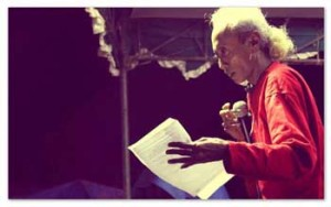 PENAMPILAN Wan Orlet saat peluncuran Buku Puisi Jerman VII di Komunitas Azan - Cipasung Singaparna Tasikmalaya, Jumat (14/9/2012)