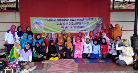 PENGELOLA Koran Ibu GOW, seusai mengikuti pelatihan manajemen media komunitas, di Cipanas Galunggung.